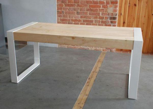 Lity stół drewniany do wnętrz minimalistycznych