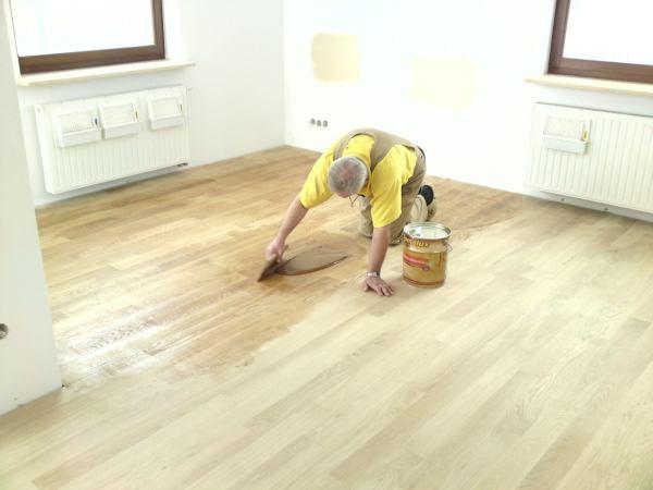 Renowacja podłogi w salonie krok po kroku