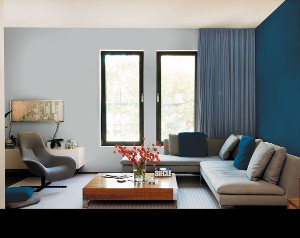 Aranżacja salonu: proste formy i intensywne kolory