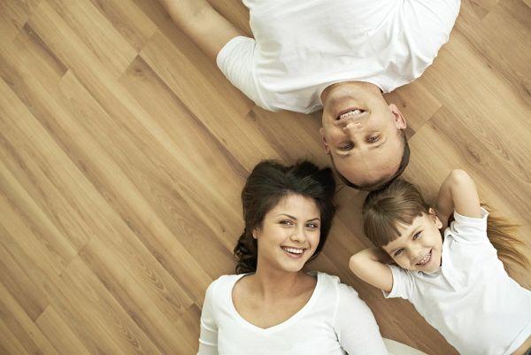 Hałaśliwe panele – jak sprawić by podłoga nie stukała?