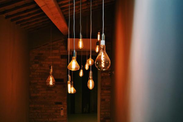 Oświetlenie w nowoczesnym salonie – sprawdź najnowsze trendy